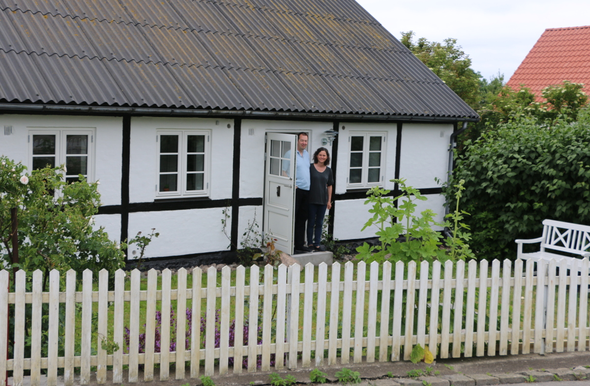 Klaus og Ina foran huset