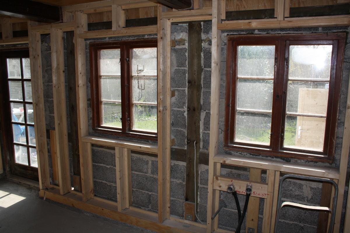 Træskelet med vinduer