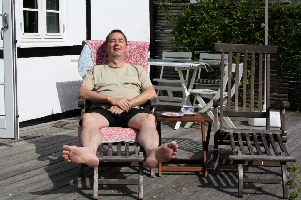 Klaus slapper af på terassen.